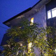 シンボルツリーを照らすスポットライトが魅力的です。