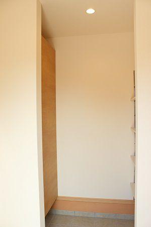 玄関収納・クロークの広めなスペースが有り、玄関が靴でいっぱいにならずスマートに。
