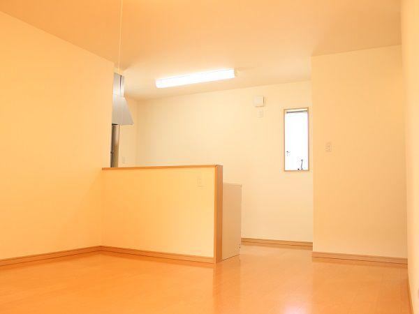 キッチンの正面にダイニングスペース。家事を楽に行えます。