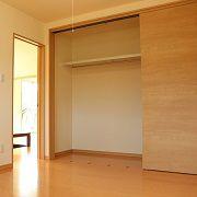 大型収納を部屋に設置しているので、部屋に収納家具を置く必要がなくなり、手狭になりません。