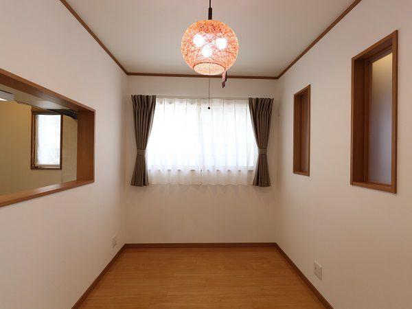 ご主人様がご用意されたかわいらしい照明器具とカーテンがとてもマッチしています