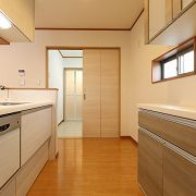 ご主人様が利用されるキッチンは機能性重視! キッチンとカップボードの柄が違っているのもポイント