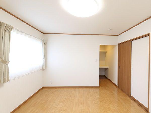 シンプルな寝室に広さを十分確保したウォークインクローゼット