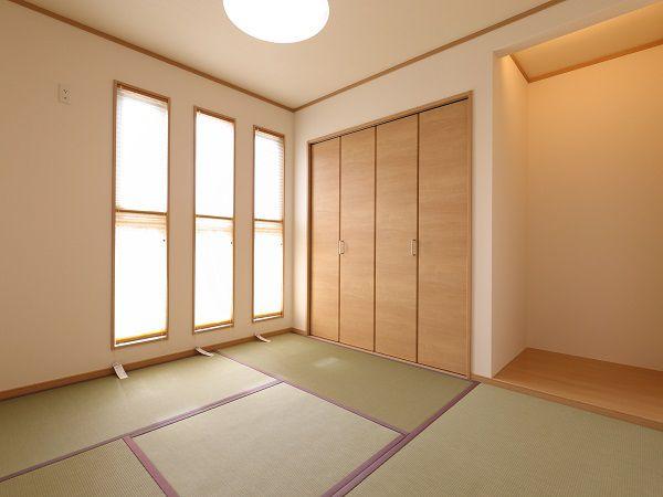 収納及び仏間スペースも確保された明るさ満点の和室
