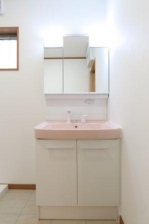 汚れが目立たない色を選択した、かわいらしい洗面台