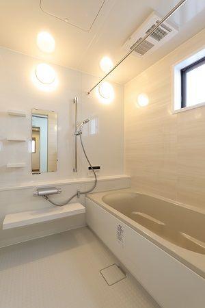 やさしい配色と機能性を重視した浴室