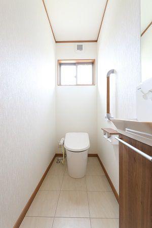 シンプルながら清潔感にあふれるトイレ