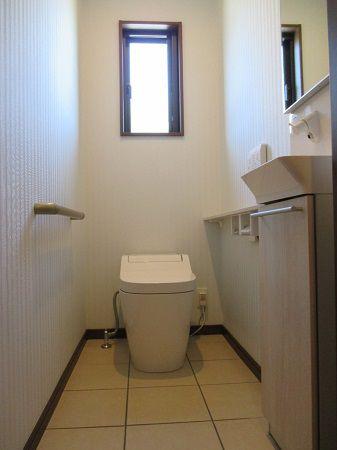 手洗器鏡の裏も収納になっています。