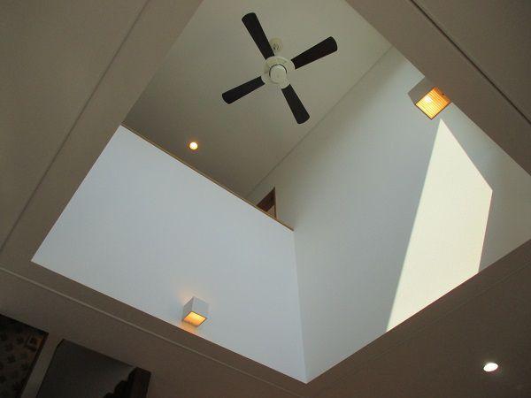 シーリングファンが室内の空気を制御します。