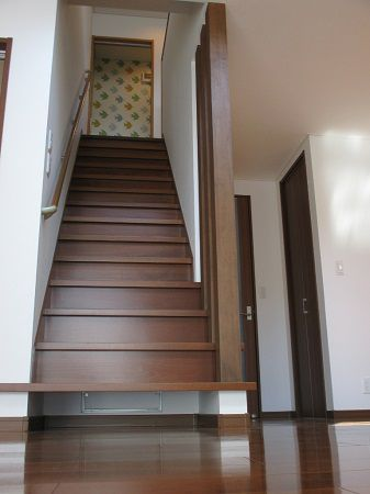 階段下の懐はお掃除ロボットのお家。3本の化粧柱もオシャレです。
