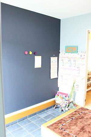 ネイビーをメインに周りは薄いブルーの壁紙で仕上げました。