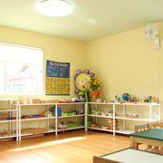 四方をパステルイエロー、天井をライムグリーンの壁紙に。以前の教室のイメージを引き継ぎました。