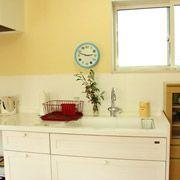 システムキッチンではなく、木のキッチンで温かみのある教室に。