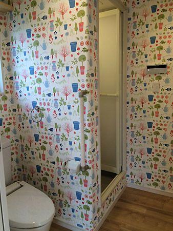 可愛い壁紙の子供達専用トイレ。壁紙を眺めながら楽しくおトイレが出来ます。
