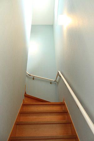 無垢のフローリングなので階段はすべり止め防止にも。玄関からの延長で、壁紙は薄いブルーです。