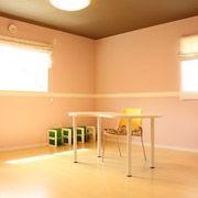 可愛いピンクを基調としたお部屋です。白のラインをポイントで入れて、天井はチョコレートカラーに仕上がりました。