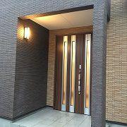 室内の光がこぼれる玄関は、帰宅した家族を温かく迎えてくれます。