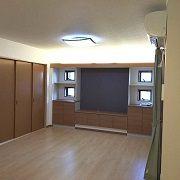 間接照明と飾り棚を設けることで、リビングの雰囲気を色々な表情へと変化させることができます。