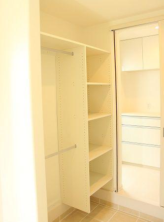 玄関は靴が沢山入る玄関収納と、お子様の幼稚園用品、アウトドア用品、コートや傘などが掛けれるフリーの収納スペースも設けました。
