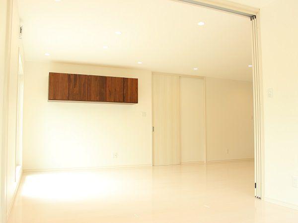 ダイニングから続くリビングは、更に横の洋室と繋げて使う事が出来ます。普段はリビングの延長として使い、必要な時は扉で仕切ることが出来ます。