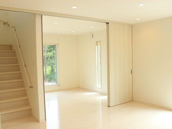リビングと仕切って使える洋室です。扉を階段前に寄せることが出来るようにし、階段を封鎖することでエアコンの効率を良くしています。扉を閉めれば、洋室として使えます。