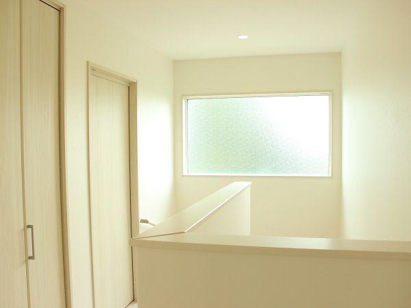 二階の廊下は明り取りに大きな窓を設置し、廊下も腰壁にして明るさが取れるようにしました。