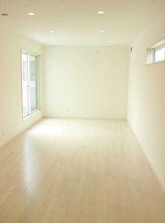 9畳の広い寝室は、ベッド以外にもテレビやソファを置いて夫婦でくつろげる空間です。