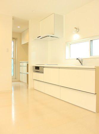 キッチン、換気扇など見える部分は白で統一致しました。シンク内は奥様こだわりのサイレントシンク。水を出しても音が静かで、ご夫婦のこだわりが詰まったキッチンです。