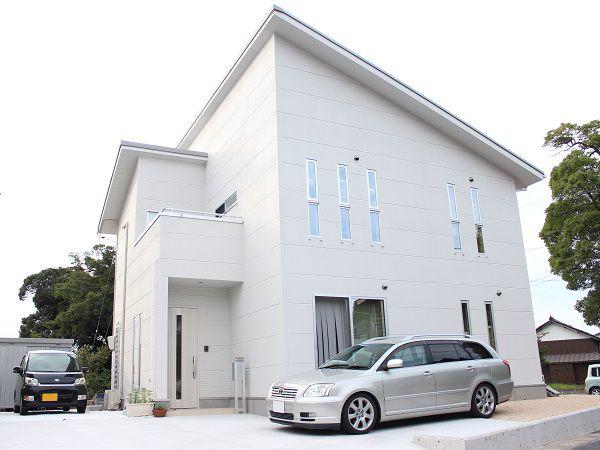 ご主人のこだわりの白で、玄関ドアも揃えました。外観や窓の形状もこだわり、スタイリッシュなイメージでし上げました。
