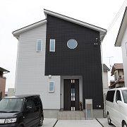 外壁の白黒の配色が人の顔みたいで、まさに家の顔になっています! 車も白黒ですね!あえての配置でしょうか?