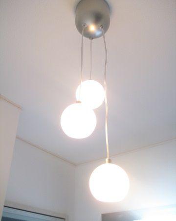 3灯のボール型ライトの光がやさしくお客様をお迎えします。