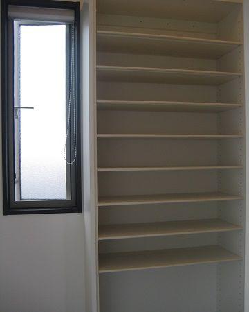 棚板が可動式なので、高さのあるブーツや、薄いサンダルなど、サイズに合わせてぴったりと収納できます。