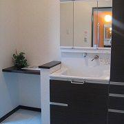 洗面所横には、奥様のメイクスペースを設け、朝の身支度もスムーズです。
