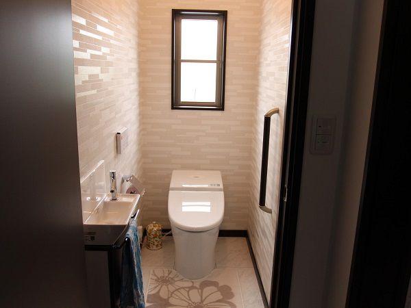 ご主人のこだわりで、シックで落ち着いた雰囲気のトイレ空間に。