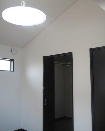 明るくて風通しも良い、勾配天井の開放的な空間です。