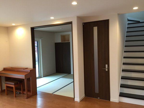 和室はリビングと隣接していて、空間を広く感じさせてくれます。床の間や神棚もあります。戸を閉めれば落ち着いた別空間として使えます。