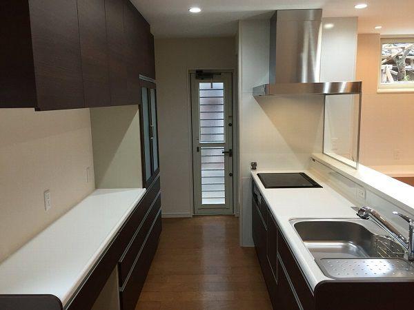 キッチンには収納もしっかりと。生ごみスペースや家電スペースも心配ありません。換気扇前はガラススクリーンにしたので、空間を広く感じさせてくれます。コンロはすべてラジエントヒーターにし、ガスと同じようにフライパンを振って使えます。