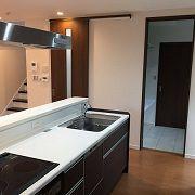 キッチンから見えているのは家事スペース。下着を置いておいたり、ここでアイロンをかけることもできます。家事スペースの奥には脱衣場があり、同線もばっちりです♪