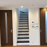 2階へ上がる階段は、蹴り込みの部分を白色に。明るくて1つ1つ段を上がるのがわくわくするような階段です。
