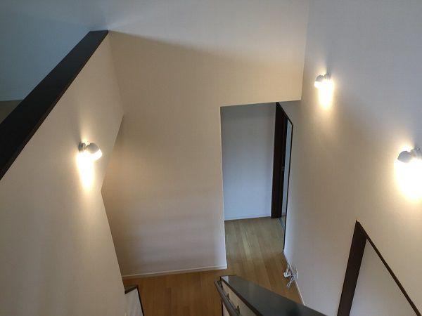 2階の廊下にはさらに階段が。スリットになっているので圧迫感もありません。上がるとロフトになっており、一人の時間を楽しむことができます。ロフトから2階廊下を見下ろした光景も、照明がかっこよく演出してくれています。