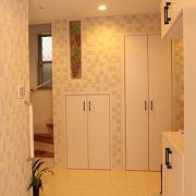 建具・床の色を白にしてドアの取っ手を黒色で統一した、ママ友たちにもとても好評で奥様お気に入りの組み合わせ