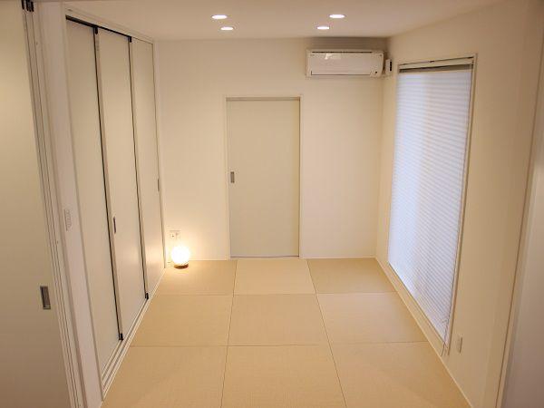 リビングの後ろには和室があり、横には布団が沢山入る収納スペース。そして和室の奥の扉を開けると、外へと繋がる隠し部屋のような土間スペースがあります。