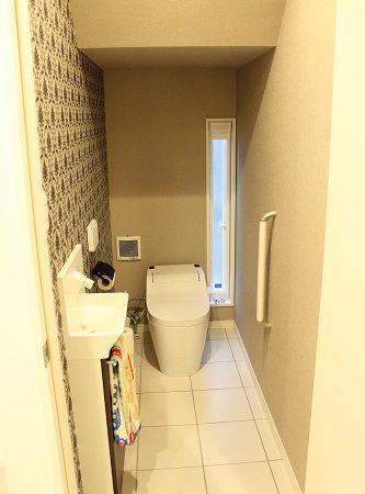 トイレは階段下のスペースを利用し、壁紙はご主人こだわりの物にしました。