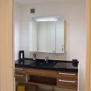 オシャレな洗面台はお風呂と合わせて黒の面台に。