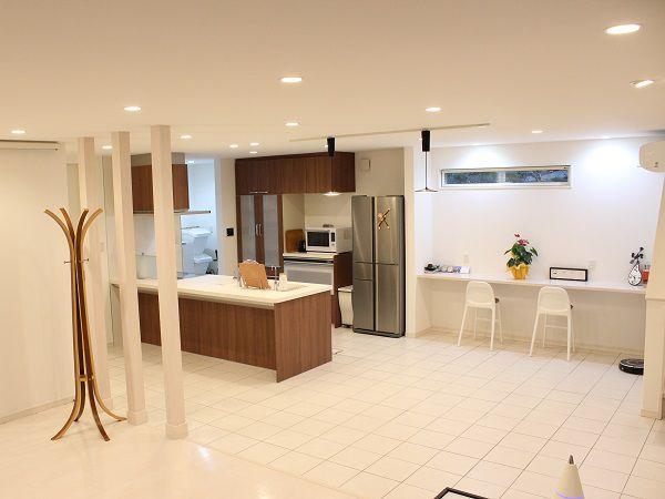 奥様こだわりのキッチンは、ご夫婦二人でキッチンに立たれても広々としたスペース。キッチンもカウンター付きでゆったりとお料理が出来ます。玄関からパントリーを通ってキッチンに入れる楽々家事導線です。