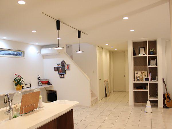 ダイニングキッチンから洗面所への導線は全て床をタイルに。ダイニングキッチンと合わせて、夏は涼しく冬は暖かい奥様に優しい水回りです。そして旦那様こだわりの収納棚は、留め金が見えない仕様です。