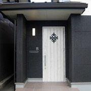 オーナメントの映えるオシャレな玄関ドア。