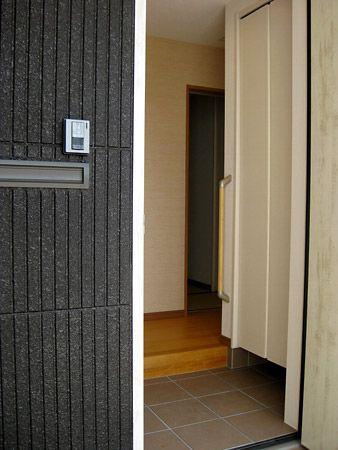 玄関に入って正面にはシューズインクロークがあり、趣味のものやレインコートなど入れておくことができます。