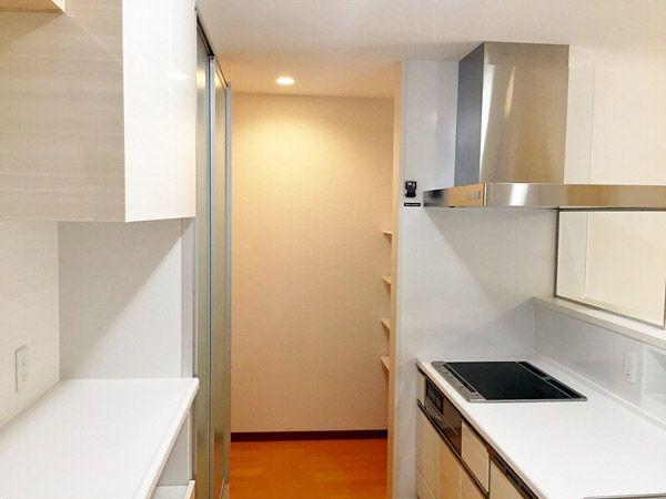 キッチンには収納もしっかりと。換気扇前はガラススクリーンにしたので、空間を広く感じさせてくれます。奥にはパントリーも。