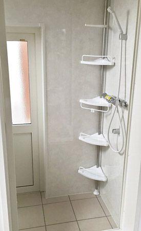浴室内にもう一つドアが・・・?開けるとそこにはシャワールーム。お仕事柄汚れた服装で帰ってこられるご主人が、外からそのまま入って体を流せるシャワールームになっています。ジャブジャブ流した服をかけておく物干しがあり、床は心置きなく汚せるタイルになっています。